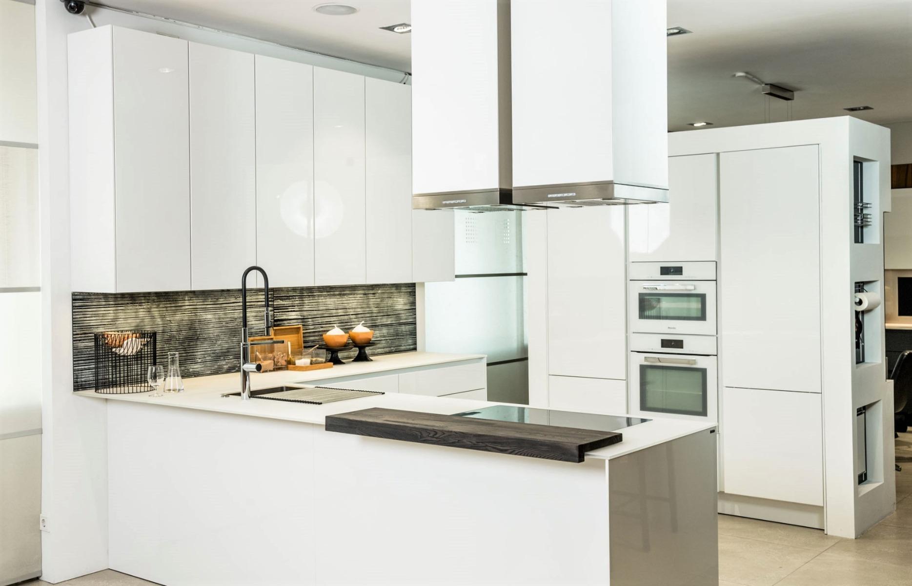 Weiße Küche bei Miele Center Fasching