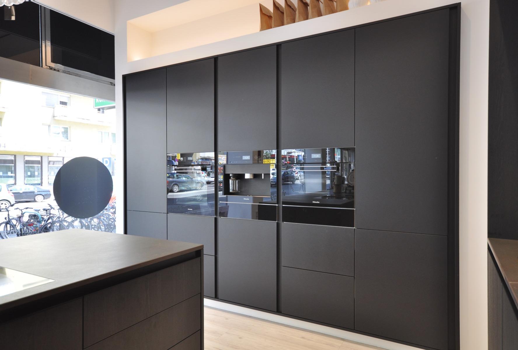 Dunkle Küchen bei Miele Center Fasching