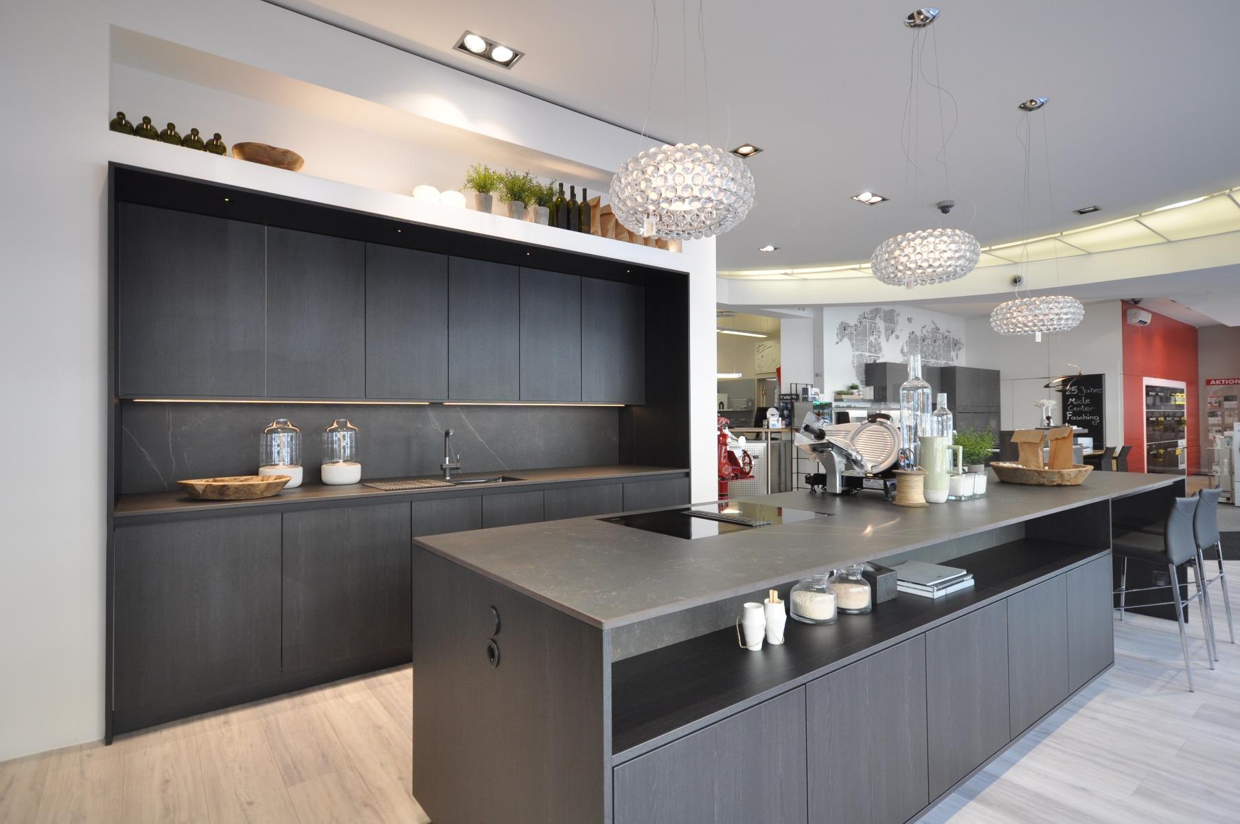 Moderne Küchen seitlich bei Miele Center Fasching